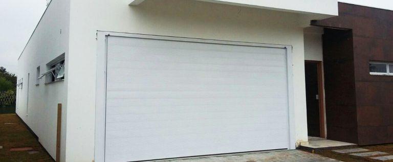 portão branco de elevação fechado por obremet